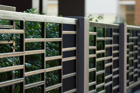 case moderne: recinzione in acciaio nero della casa residenziale stile moderno