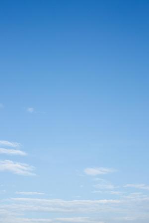 nube blanca sobre fondo claro de cielo azul Foto de archivo