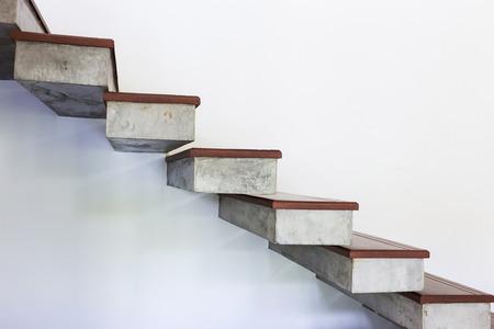 escalier sur le mur de mortier blanc, conception de maison moderne