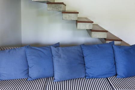 #53682818   Interieur Wohnzimmer Modernen Stil Mit Blauen Sofa Möbel Und  Treppe Im Weißen Raum