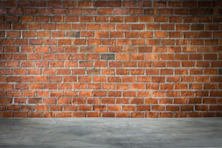 contador de la barra de cemento con la pared de ladrillo oscuro, estante de exhibición de producto de fondo Foto de archivo