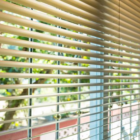 ventana abierta interior: persianas de las ventanas abiertas con el desenfoque de vista natural de fondo Foto de archivo