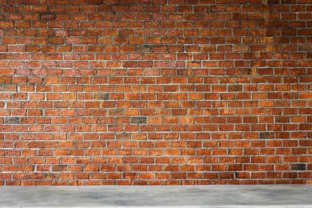 벽돌 벽이있는 시멘트 카운터 바, 제품 배경의 진열대