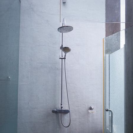 Duschkopf im Bad, Design home interior Bad im Freien mit offenem Dach