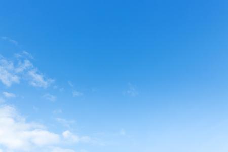cielo despejado: claro cielo azul y nubes blancas, fondo natural Foto de archivo