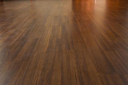 braunem Holz Laminatboden Lack im modernen Haus Standard-Bild