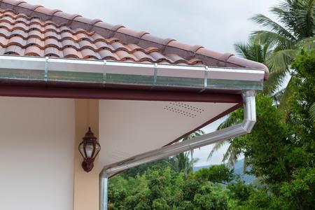 goot dak woongebouw huis in regenachtige dag