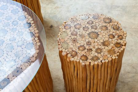 silla de madera: muebles de artesanía de silla de madera y mesa hecha de palo de madera Foto de archivo