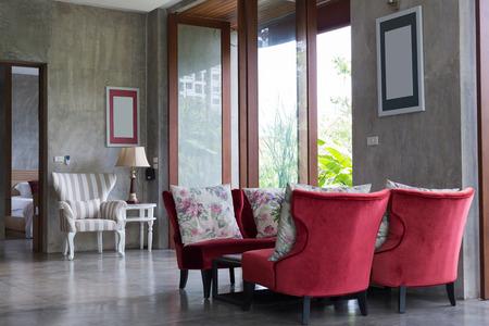 #63937653 Modernes Wohnzimmer Des Innenarchitekturlebensraums Mit Roten  Sofamöbeln