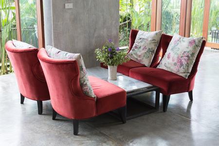 #63969951 Modernes Wohnzimmer Des Innenarchitekturlebensraums Mit Roten  Sofamöbeln
