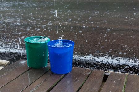 seau d eau: goutte de pluie dans l'eau seau, saison météo pluvieuse