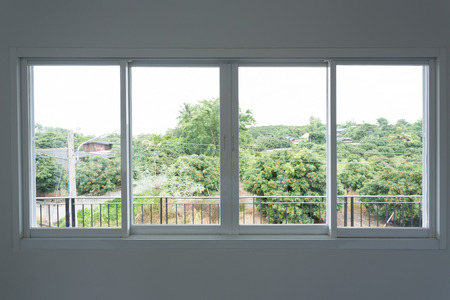 Glazen raam glijden op witte muur interieur huis Stockfoto