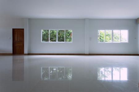 タイルのフロアー リング、ウィンドウ pvc 交換内装住宅建物内の空の白い部屋インテリア