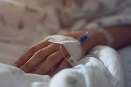Infusión médica solución salina intravenosa en la mano enfermedad del paciente malestar Foto de archivo - 80060089