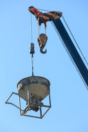 machines kraan hijsen cement mortel mixer emmer container in bouwplaats bouwnijverheid