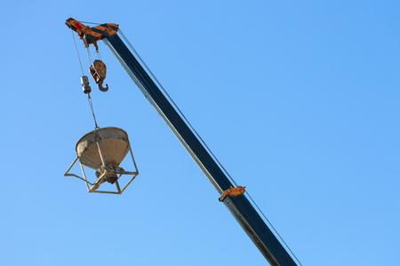 Machines kraan hijsen cement mortel mixer emmer container in bouwplaats bouwnijverheid Stockfoto - 80937846