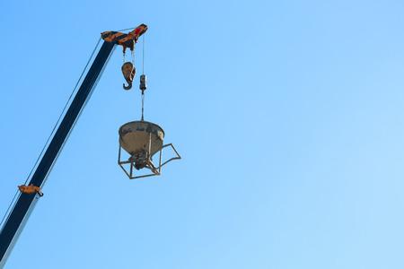 機械クレーン吊り上げ建築業の工事現場でのセメント モルタル ミキサー バケット コンテナー
