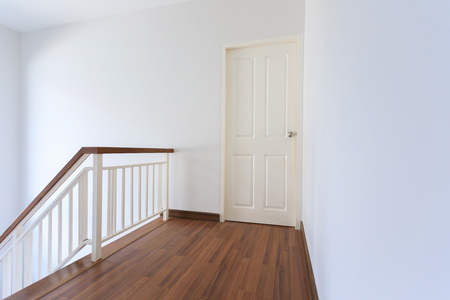 白いモダンな住宅の空部屋