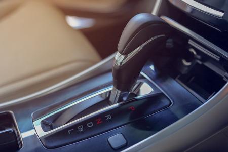 현대 자동차 자동차 자동차 내부에 주차 된 자동 기어