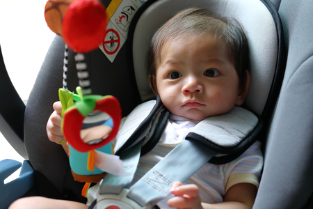 안전 벨트와 함께 자동차 좌석에 앉아 귀여운 아기 소년 자식 보호 장치를 잠겨
