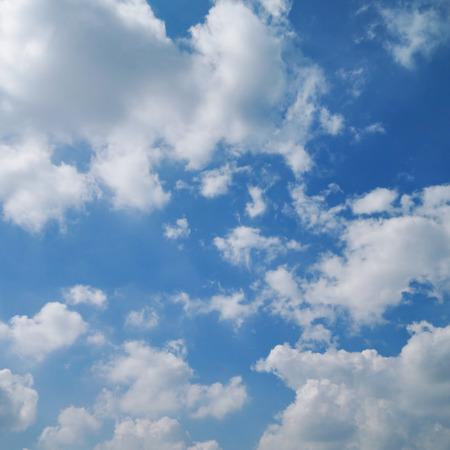 esponjosa nube blanca en el cielo azul claro Foto de archivo