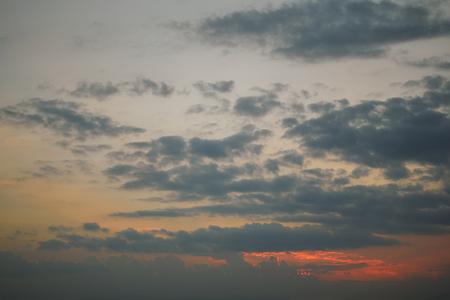 donkere wolk boven schemerhemel