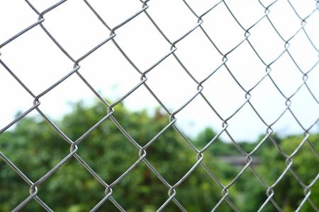 cercas de alambre de eslabón de cadena encierran el área fronteriza Foto de archivo