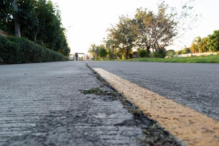 Marcado de línea amarilla en la antigua carretera de cemento Foto de archivo