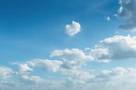 cielo azzurro, tempo e nuvole