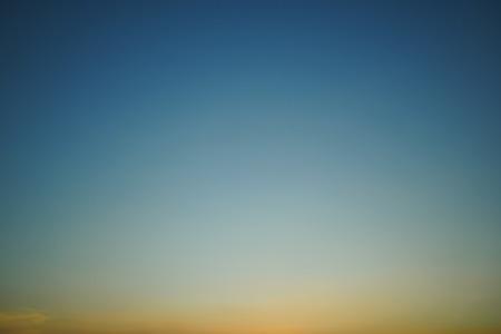 buntes Licht am klaren Sonnenuntergangshimmel Standard-Bild