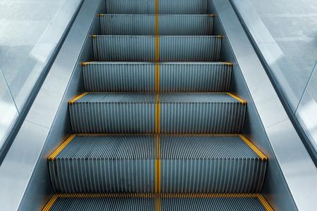 Rolltreppe im modernen Geschäftsgebäude