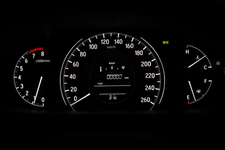 Unidad de velocímetro, viaje por carretera con escala de odómetro, medidor de motor de combustible en tecnología de automóvil de vehículo moderno