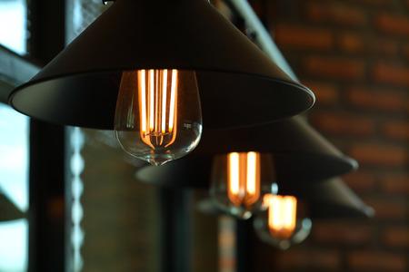 Lámpara de luz vintage interior en cafe