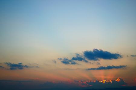 lichtstralen van de zon boven de heldere blauwe lucht