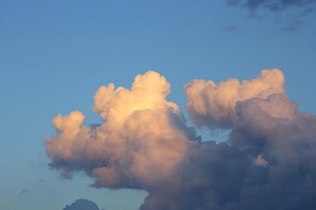 nuage moelleux sur ciel bleu Banque d'images