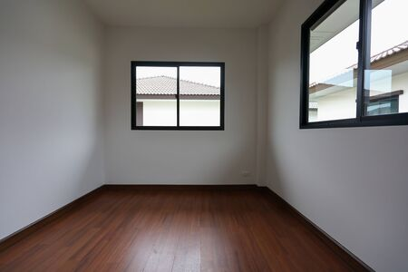 interior design empty white room with glass window and wooden laminate floor of a new residential house Stockfoto