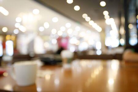 Taza de café en la mesa dentro del café, imagen de fondo borroso abstracto