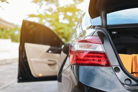 fanale posteriore rosso di un'auto sportiva moderna nera