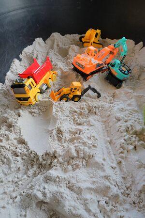 kleiner Kinderspielzeugfahrzeugbau im Sandspielplatz