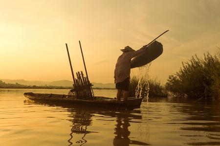 fischerei: Fischer auf einem Boot Angel f�r die Verwaltung der Fischerei.