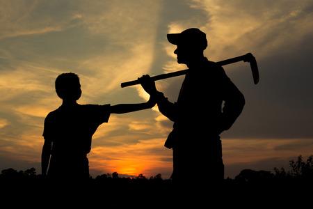 niños pobres: Silueta, Agricultor padre e hijo