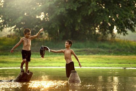 Dos pescadores chicos fueron capturados pescando en un pequeño lago.