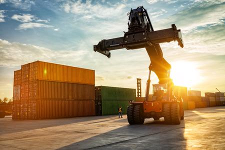 Thailand Laem Chabang Chonburi Industriële logische vorkheftruckcontainers die lading in haven verschepen in zonsondergangtijd.