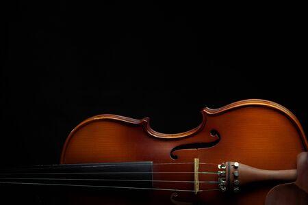 Composición del espacio de copia de violín sobre fondo negro aislado