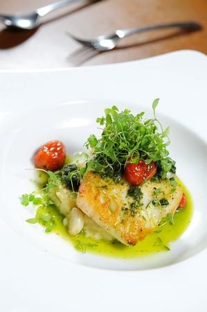 filete de pescado: Filete de pescado sano sabroso con verduras al vapor Foto de archivo