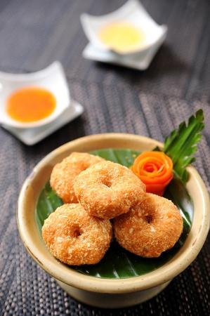 pescado frito: Oro marrón y crujientes fritos pescado dedos