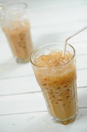 cubetti di ghiaccio: Due bicchieri di latte, caff� e cubetti di ghiaccio Archivio Fotografico