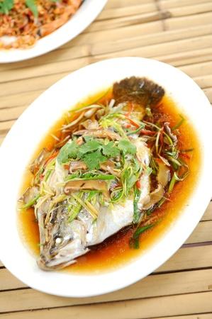 plato de pescado: al vapor pescado al estilo chino Foto de archivo