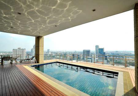 rooftop: Uitzicht op de stad en reflectie op het zwembad op het dakterras Stockfoto