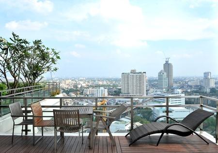 Sillones y una mesa en una terraza al aire libre